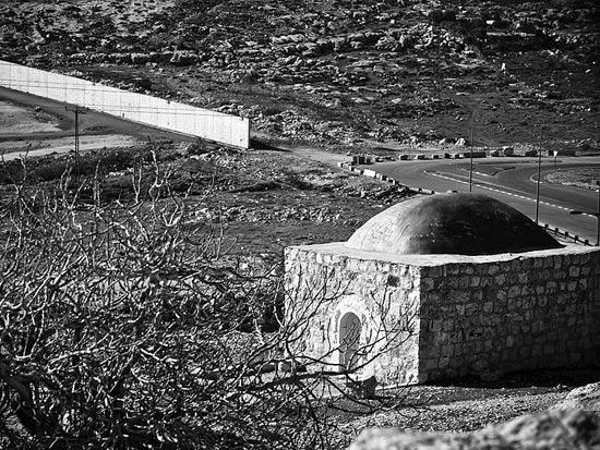 קבר שייח וגדר ההפרדה צפונית לירושלים / צלם: אדוארד קפרוב